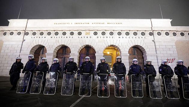 Demo-Randale: Polizeipräsident verteidigt Einsatz (Bild: APA/Georg Hochmuth)