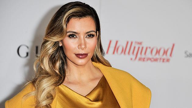 Kim Kardashian zwängt sich in superknappen Bikini (Bild: AP)