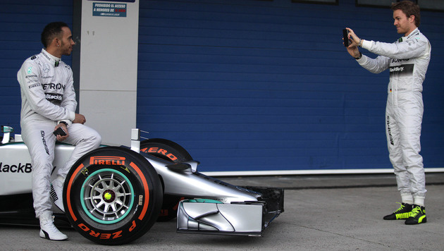 Mercedes fährt mit Botschaft für Schumacher (Bild: AP)