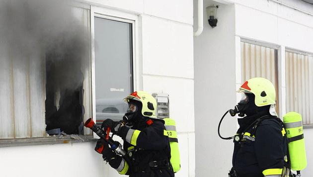 NÖ: Werkstätte auf Flugplatz stand in Flammen (Bild: FF Krems/M.Wimmer)