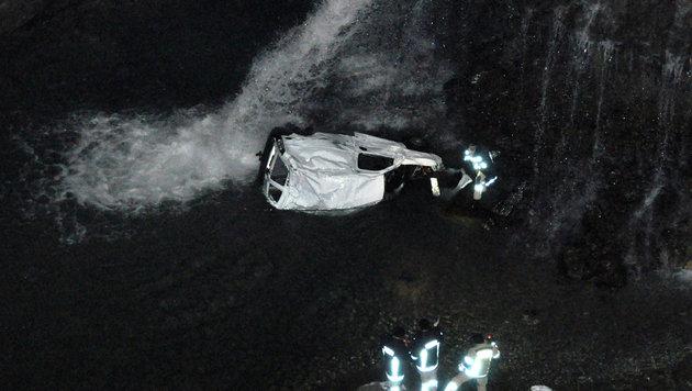 Tiroler (41) mit Auto in eiskalten Bach gestürzt (Bild: APA/BFV SCHWAZ, TAXACHER)