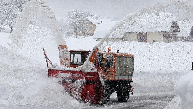 Schneemassen halten Österreichs Süden in Atem (Bild: APA/GERT EGGENBERGER)