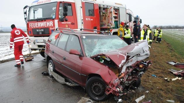 Ein Toter und ein Schwerverletzter bei Autounfall (Bild: Einsatzdoku.at)