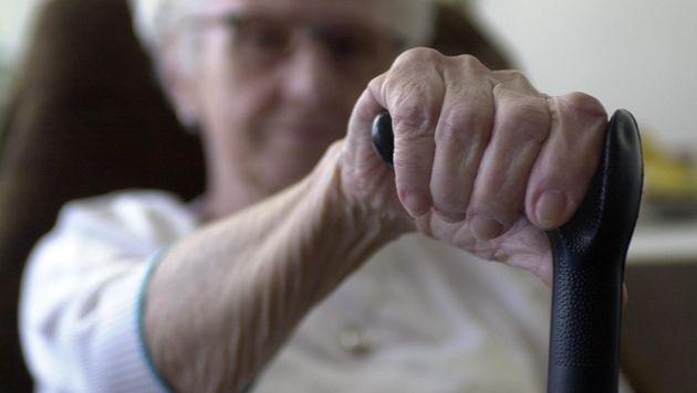 Frau (82) verprügelt Betrüger mit ihren Gehstöcken (Bild: APA/BARBARA GINDL (Symbolbild))