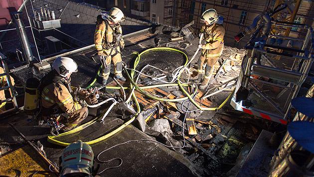 Feuer in Linzer Dachwohnung - Gebäude evakuiert (Bild: APA/WERNER KERSCHBAUMMAYR)
