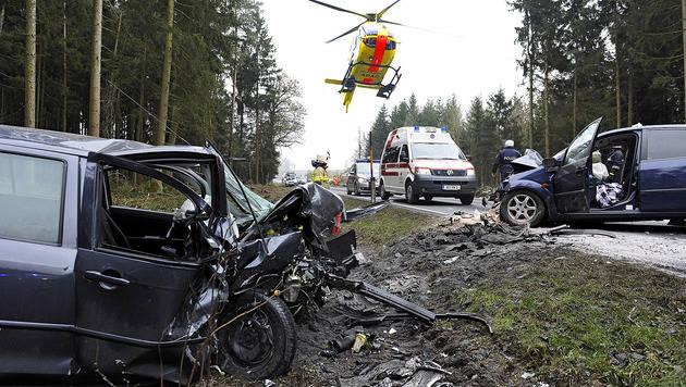 Drei Menschen bei Verkehrsunfall schwer verletzt (Bild: APA/MANFRED FESL)