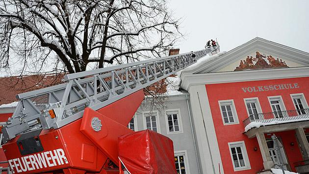 Nach Evakuierung von Schule: Reparatur beginnt (Bild: APA/RIE-PRESS/ADALBERT RIEDER)