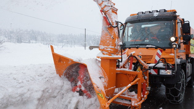 Bundesheer: Mit Sprengstoff gegen die Schneemassen (Bild: APA/ASFINAG)