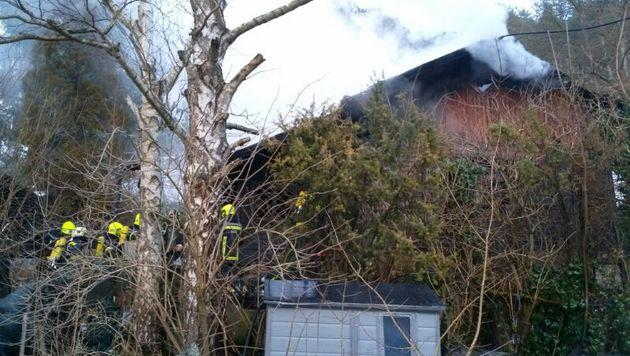 Nachbarn retten 59-Jährige aus brennendem Haus (Bild: Einsatzdoku.at)