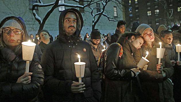 Hollywoodstars bei Totenwache für Hoffman (Bild: AP)