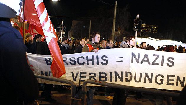 """Burschenbundball-Demo in Linz: """"Wir kommen wieder"""" (Bild: APA/Rudolf Brandstätter)"""