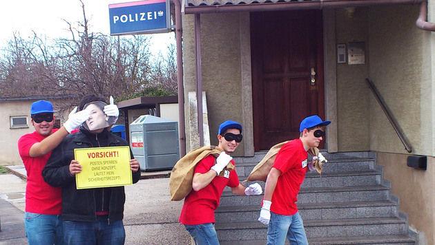 """Panzerknacker"" protestierten vor Polizeistation (Bild: APA/SJ BEZIRKSORGANISATION NEUSIEDL AM SEE)"