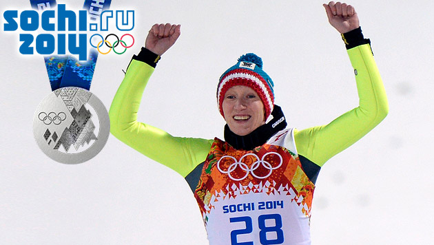 Silbermedaille für Daniela Iraschko-Stolz (Bild: APA/HANS KLAUS TECHT, sochi2014.com krone.at-Grafik)