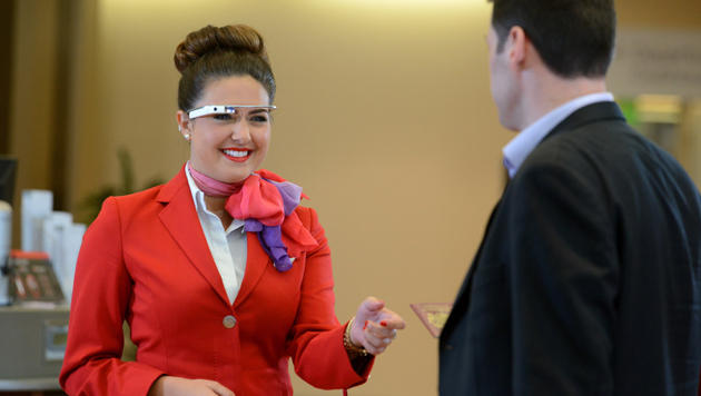 Airline erprobt Stewardessen mit Google-Brille (Bild: Virgin)