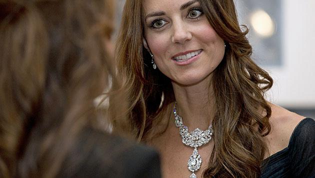 Kate glänzte bei Dinner mit Diamanten der Queen (Bild: AP)