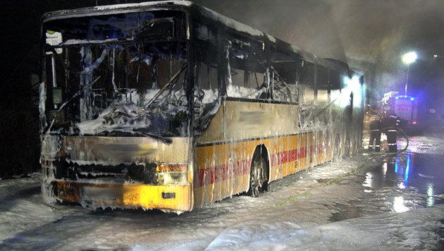 Linienbus fing nahe Graz Feuer - zwei Verletzte (Bild: APA/BEREICHSFEUERWEHRVERBAND GRAZ UMGEBUNG)