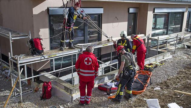 Bauarbeiter in Lichtschacht gestürzt - verletzt (Bild: Stefan Schneider/Presseteam BFK Baden)