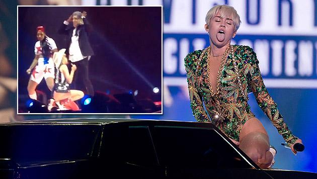 Miley Cyrus nur in Dessous auf der Bühne (Bild: AP, YouTube.com)