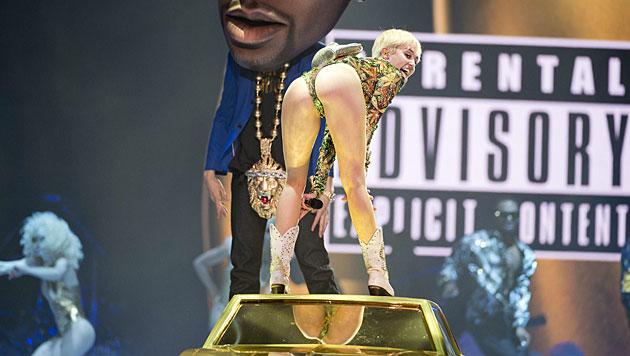 Miley legt während Bühnenshow selbst Hand an (Bild: AP)