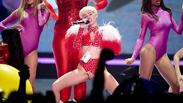 Miley ließ sich Katze auf Unterlippe tätowieren (Bild: AP)