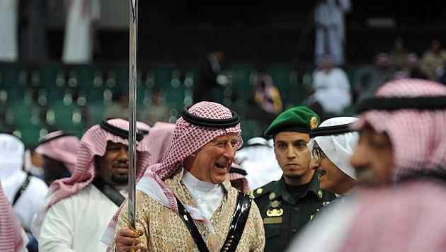 Prinz Charles versuchte sich im Schwertertanz (Bild: EPA)