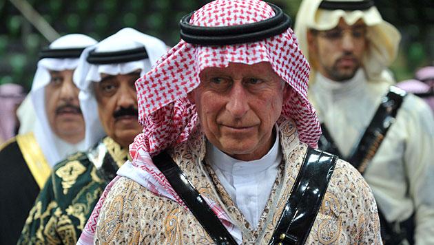 Prinz Charles versuchte sich im Schwertertanz (Bild: AP)