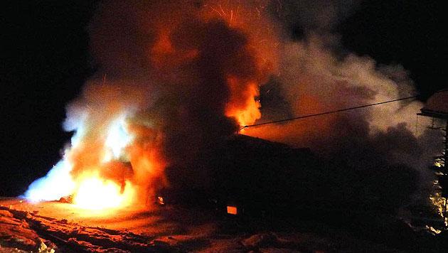 300 Jahre altes Bauernhaus ging in Flammen auf (Bild: FF Liesing, BI Josef Salcher)