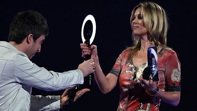 Moss nahm Brit Award für David Bowie entgegen (Bild: Joel Ryan/Invision/AP)