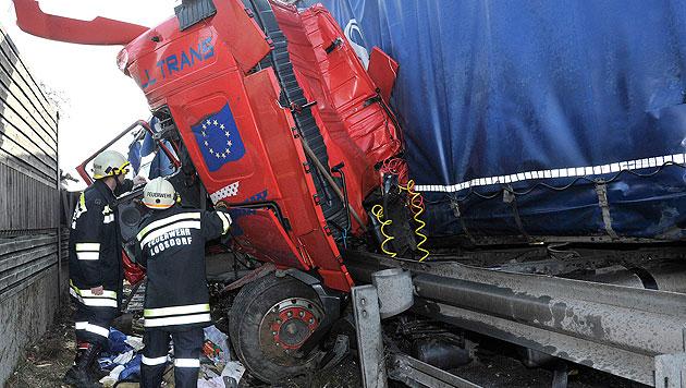NÖ: Lkw-Fahrer stirbt bei Unfall auf A1 (Bild: APA/PAUL PLUTSCH)