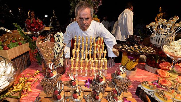 Wolfgang Puck beim Zubereiten eines Oscar-Menüs. (Bild: APA/EPA/MICHAEL NELSON)