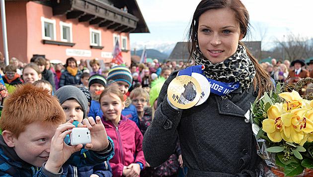 Fenninger in ihrem Heimatdorf feierlich empfangen (Bild: APA/BARBARA GINDL)