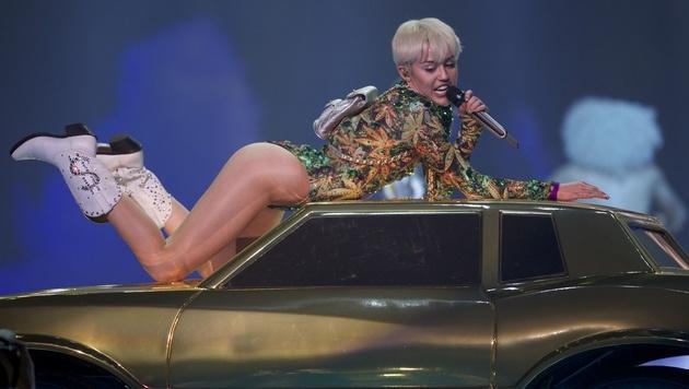 Miley Cyrus knutscht mit Kollegin Katy Perry (Bild: Stephen Brashear/Invision/AP)