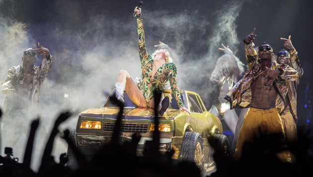 Miley Cyrus nur in Dessous auf der Bühne (Bild: AP)