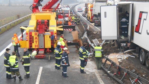 Lkw-Unfall fordert Einsatzkräfte in der Steiermark (Bild: APA/PRESSEFOTO FRANZ KAPLAN/BFV)