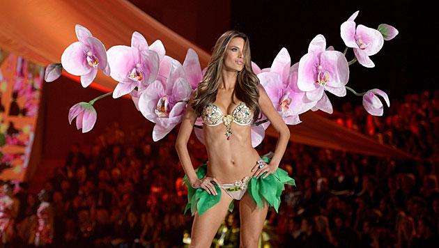 Alessandra Ambrosio am Victoria's-Secret-Laufsteg (Bild: ANDREW GOMBERT/EPA/picturedesk.com)