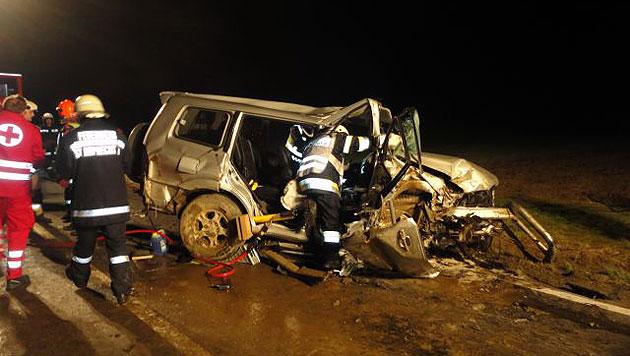 Auto kracht gegen Wasserdurchlauf - zwei Verletzte (Bild: FF St. Ruprecht a.d.Raab)
