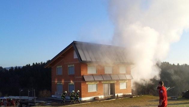 Wohnhaus stand in Flammen: Vater und Sohn verletzt (Bild: FF Neusserling)
