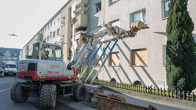 Linzer Mieter retten Habseligkeiten aus Abrisshaus (Bild: Werner Kerschbaummayr)