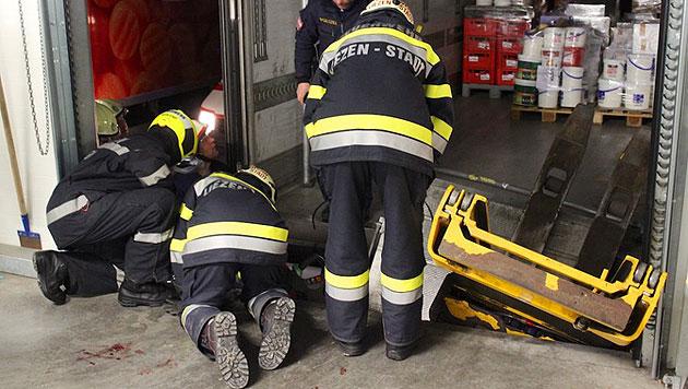 Stmk: Arbeiter eingeklemmt - schwer verletzt (Bild: FF Liezen-Stadt)