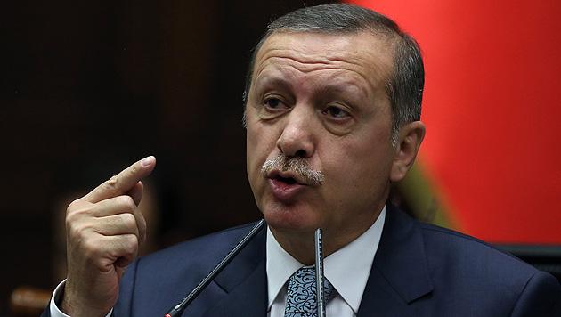 Der türkische Präsident Recep Tayyip Erdogan greift weiter hart durch. (Bild: AP)