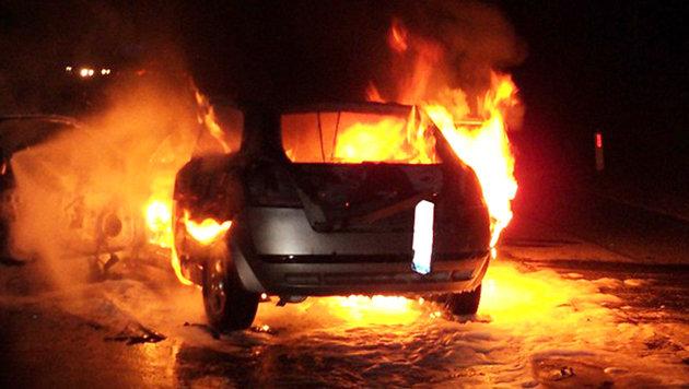 Schwerverletzter aus brennendem Wrack gerettet (Bild: APA/FF UNTERPREMSTÄTTEN)