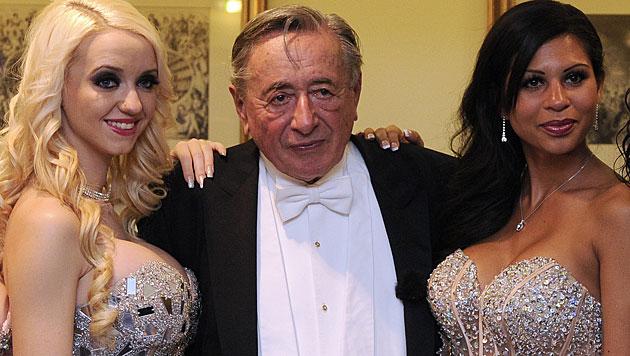 "Richard Lugner mit Ehefrau ""Spatzi"" und Ex-Freundin ""Bambi"" beim Opernball. (Bild: APA/HERBERT P. OCZERET)"