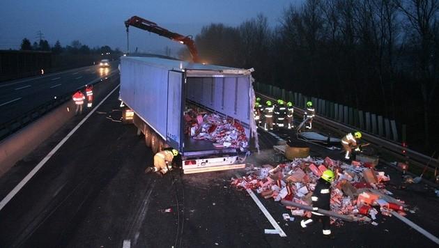 NÖ: Lenker kommt bei Unfall auf A22 ums Leben (Bild: APA/MICHAEL ZÖGER/FF KORNEUBURG)
