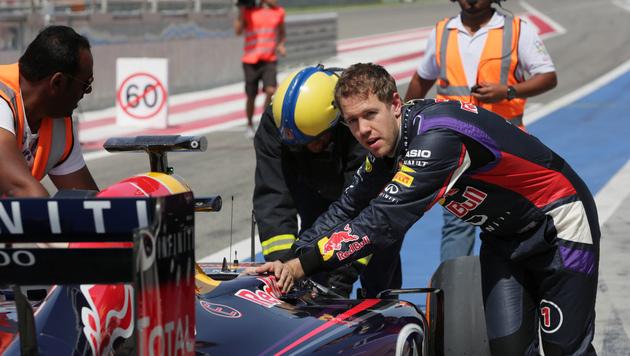 Vettels Testfahrt endet bereits an Boxenausfahrt (Bild: AP)