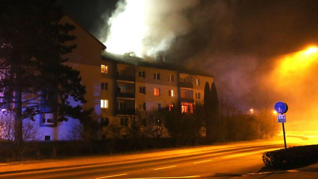 3 Verletzte bei Brand in Welser Mehrparteienhaus (Bild: APA/WWW.LAUMAT.AT/ MATTHIAS LAUBER)