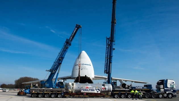 Gigant der Lüfte nahm 100-Tonnen-Fracht auf (Bild: APA/WERNER KERSCHBAUMMAYR)