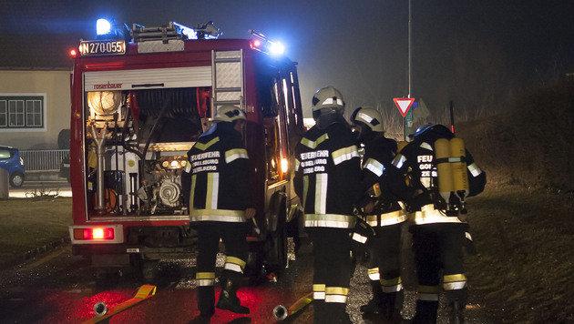 NÖ: Zwei Autos brannten lichterloh in Carport (Bild: BFK-Krems M.Wimmer)