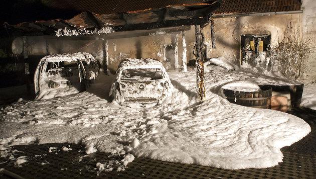 NÖ: Zwei Autos brannten lichterloh in Carport (Bild: APA/BFK-KREMS M.WIMMER)
