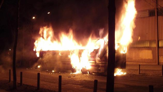 Reisebus brannte in Wien komplett aus (Bild: APA/LPD Wien)