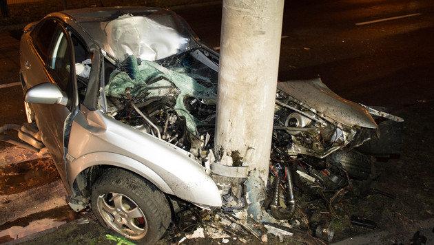 Autolenker (21) bei Unfall in Linz schwer verletzt (Bild: APA/WERNER KERSCHBAUMMAYR/ FOTO-KERS)